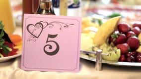 Exquisitely verfraaide huwelijkslijst in restaurant stock footage