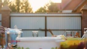 Exquisitely verfraaide lijst met heerlijke vlees, salades en wijn voor Romantisch diner in het dorp binnen openlucht stock video