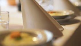 Exquisitely verfraaide lijst voor Romantisch diner stock footage