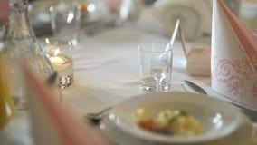 Exquisitely verfraaide lijst voor Romantisch diner stock video