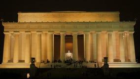 Extérieur éclairé du Lincoln Memorial banque de vidéos