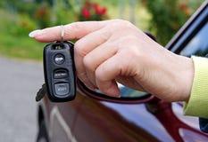 Extérieur électronique de clé de voiture dans la main femelle Image stock