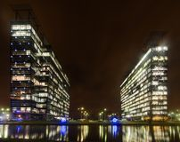 Extérieur commercial d'immeubles de bureaux - vue de nuit Photographie stock