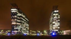 Extérieur commercial d'immeubles de bureaux - vue de nuit Images libres de droits