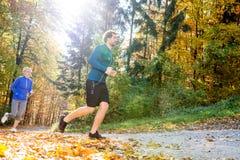 Extérieur courant de beaux couples dans la forêt ensoleillée d'automne Image stock