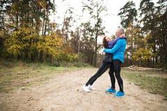 Extérieur courant de beaux couples supérieurs dans la forêt ensoleillée d'automne Images libres de droits