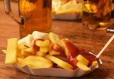Extérieur d'aliments de préparation rapide - un plat des pommes frites avec la sauce tomate image stock