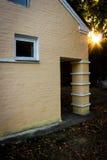 Extérieur d'un vieux bâtiment dans le jardin Photographie stock