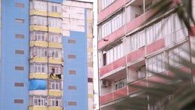 Extérieur de bâtiment de dortoir, architecture de courrier, pauvreté et délabrement soviétiques, Batumi banque de vidéos