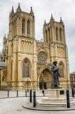Extérieur de Bristol Cathedral un jour nuageux photographie stock
