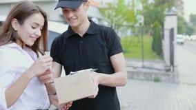 Extérieur de client de Delivering Package To de messager banque de vidéos