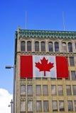 Extérieur de construction avec l'indicateur canadien images libres de droits