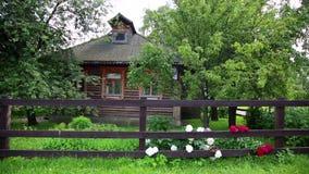 Extérieur de gouse russe en bois Le beau soleil lumineux, scène paisible banque de vidéos