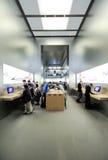 Extérieur de l'intérieur de magasin d'Apple le le carrousel du Louvre Images libres de droits