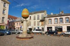 Extérieur de la petite place avec la sculpture en oeufs à Vilnius, Lithuanie Photographie stock libre de droits
