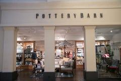Extérieur de magasin de Pottery Barn Images libres de droits