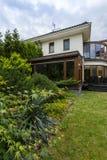 Extérieur de maison entouré par la verdure luxuriante image stock