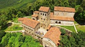 Extérieur de monastère antique célèbre de Nekresi en vallée d'Alazani, tourisme d'été banque de vidéos