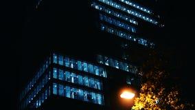 Extérieur de nuit de NX établissant l'immeuble urbain de grenier de bureau municipal de tir ayant beaucoup d'étages Serrure en ba clips vidéos