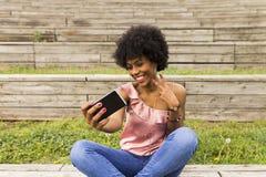 Extérieur de portrait d'une belle jeune femme afro-américaine au su photo libre de droits