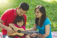 Extérieur de pratique en matière de musique de famille photographie stock libre de droits