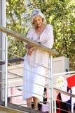 Extérieur debout de femme plus âgée sur le balcon avec le téléphone portable Photographie stock