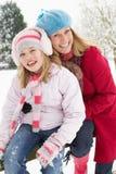 Extérieur debout de mère et de descendant dans la neige Photo libre de droits