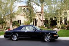 Extérieur debout de voiture convertible d'une maison de luxe Photos stock