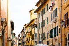 Extérieur des bâtiments italiens traditionnels avec les volets verts Photo stock