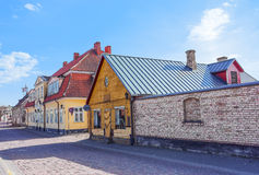 Extérieur des maisons en bois dans Ventspils de la Lettonie image stock