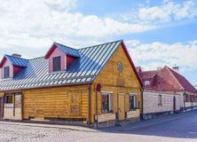Extérieur des maisons en bois dans Ventspils en Lettonie photographie stock libre de droits