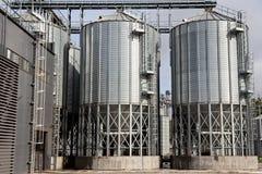 Extérieur du bâtiment agricole de silo avec des cuves de stockage photo stock