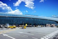 Extérieur du bâtiment international d'aéroport de Domodedovo au temps de jour avec le ciel bleu Photographie stock libre de droits