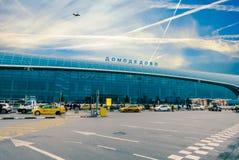 Extérieur du bâtiment international d'aéroport de Domodedovo au temps de jour avec le ciel bleu Photo stock
