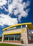 Extérieur du restaurant de McDonald contemporain Photographie stock