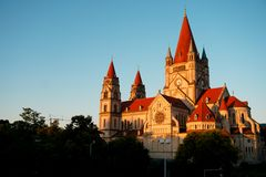 Extérieur du St Francis de l'église d'Assisi à l'arrière-plan de ciel bleu à Vienne, Autriche image stock