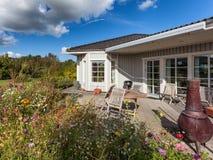Extérieur en bois scandinave moderne de maison photo libre de droits