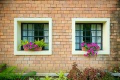 Extérieur et fenêtres d'une belle vieille Chambre Photo libre de droits