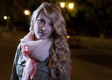 Extérieur femelle aux cheveux longs dans la soirée Photographie stock libre de droits