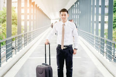 Extérieur heureux de sourire I de marche de Travel d'homme d'affaires professionnel Image stock