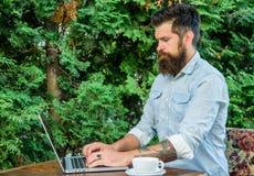 Extérieur indépendant de travail de hippie avec le carnet Le Blogger créent le courrier tandis qu'appréciez le café Entrepreneur  photos stock