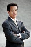 Extérieur industriel de jeune homme d'affaires asiatique Photographie stock libre de droits