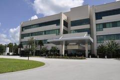 Extérieur moderne d'hôpital images stock