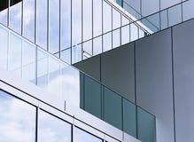 Extérieur moderne de bâtiment de mur de verre de détail d'architecture Images libres de droits