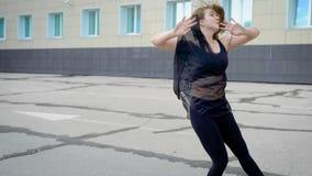 Extérieur moderne de danseur de jazz femelle de danse dans l'été banque de vidéos