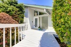 Extérieur moderne de maison Porche d'entrée Photo libre de droits