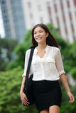 Extérieur occasionnel de marche de femme d'affaires en Hong Kong photos stock