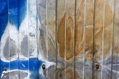 Extérieur peint endommagé par la corrosion images stock