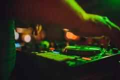 Extérieur, plaques tournantes, et mains du DJ La vie de nuit au club, partie photos libres de droits
