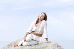 Extérieur relaxed paisible de femme mûre d'isolement Photo libre de droits